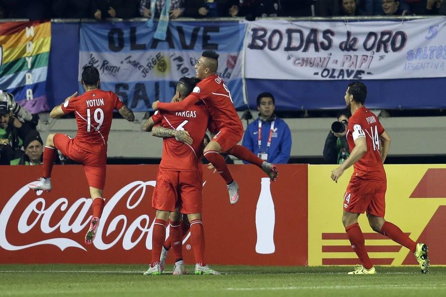 """Abrazo de los jugadores peruanos por estar en la semifinal de la """"Copa América 2015"""""""