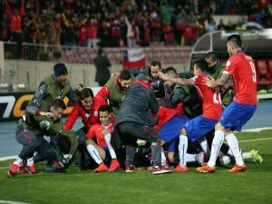 """Jugadores chilenos celebrando su paso a semifinales """"Copa América Chile 2015"""""""
