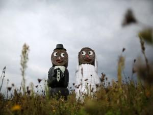 Una pareja de recién casados de paja en el campo