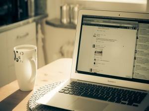 Taza de café junto a un MacBook