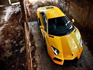 Un Lamborghini Aventador amarillo