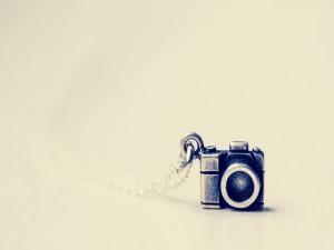 Pequeña cámara de metal en un colgante