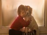 Niño abrazando al perro