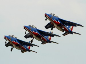 Patrulla aérea de Francia surcando el cielo