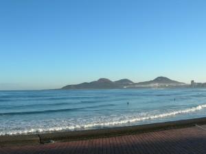 Cielo azul sobre la playa de Las Canteras (Gran Canaria)