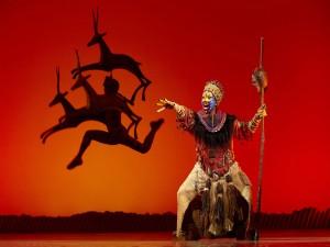"""Escena de Rafiki en el musical de """"El Rey León"""""""