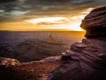 Rocas iluminadas al amanecer