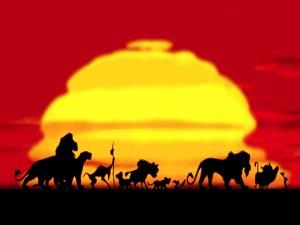 """Animales de """"El Rey León"""" caminando al atardecer"""