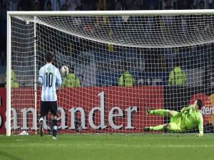 """Leo Messi (Argentina) marcando gol en los penales a Colombia """"Copa América Chile 2015"""""""