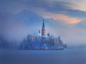Iglesia en una fría mañana de invierno