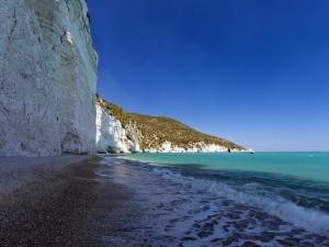Grandes acantilados en un playa