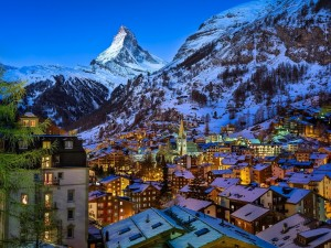 Hermosa vista de Zermatt y el monte Cervino