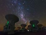 Vía Láctea sobre las antenas del observatorio Paranal (Chile)