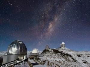 Vía Láctea sobre el observatorio de La Silla (Chile)