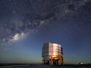 Vía Láctea sobre un telescopio del observatorio Paranal (Chile)