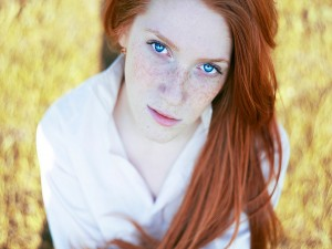 Chica con pecas y ojos azules