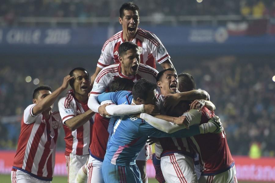 """Abrazo de los jugadores paraguayos tras ganar a Brasil """"Copa América 2015"""""""