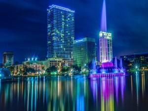 Luces sobre el lago Eola en la noche de Orlando (Florida)