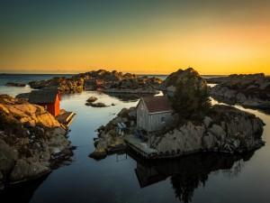 Casas en unas rocas junto al mar