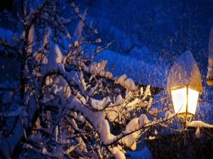 Farol encendido en una noche de invierno