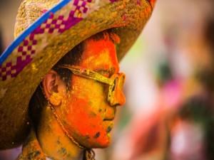 """Chico cubierto de pintura """"Festival of Colors"""""""