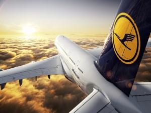 Avión de Lufthansa volando hacia el sol