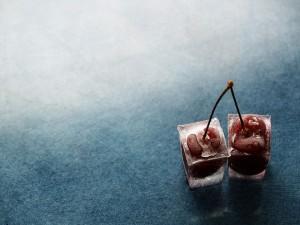 Cerezas dentro de unos cubitos de hielo