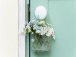 Flores colgadas de una puerta