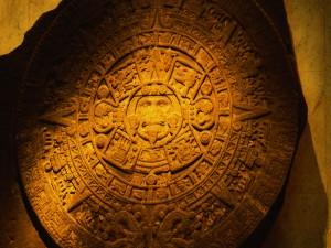 Calendario azteca tallado en piedra