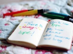 Notas de colores en un cuaderno
