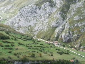 Cabañas junto a un camino de montaña (Asturias)