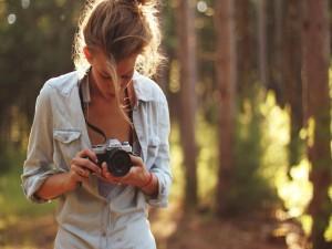 Chica con una cámara Minolta