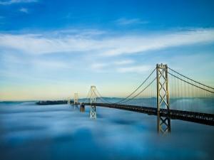 Gran puente sobre las nubes