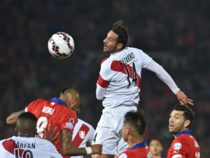 """Pizarro (Perú) en una jugada con Vidal (Chile) en semifinales de la """"Copa América 2015"""""""