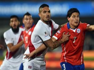 """Jugador peruano sujetando a Miiko Albornoz (Chile) """"Copa América Chile 2015"""""""