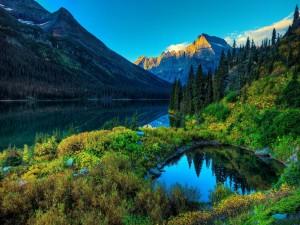 Cielo azul sobre el lago y montañas