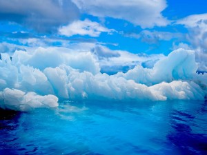 Icebergs en un mar azul