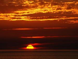 Hermoso sol en el horizonte
