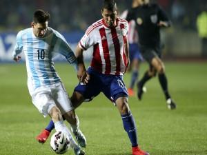 "Leo Messi (Argentina) en una jugada en semifinales contra Paraguay ""Copa América 2015"""