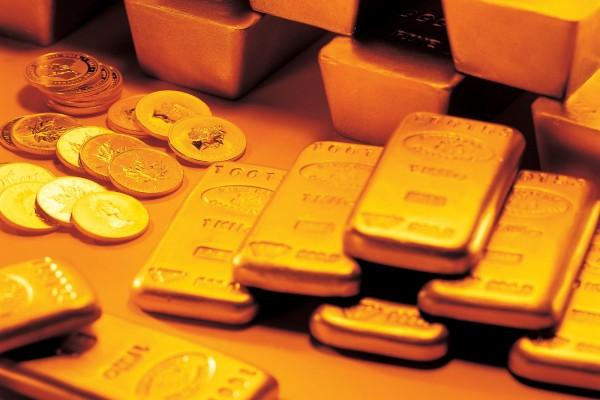 Unas monedas y lingotes de oro