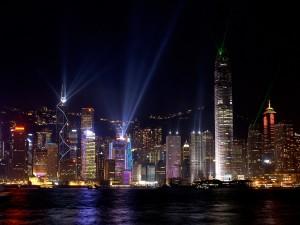 Luces iluminando la noche de Hong Kong