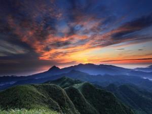 Un bonito cielo sobre las montañas y el mar