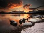 Nieve en la orilla de un lago