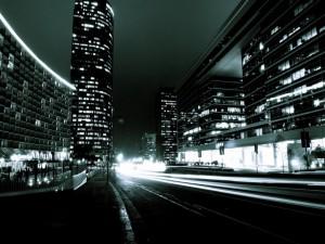 Carretera entre edificios