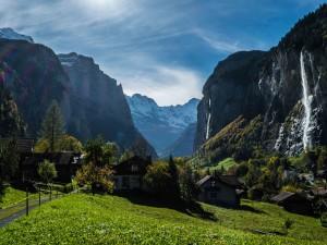 Un bonito pueblo entre montañas