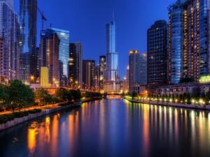 Río en una gran ciudad