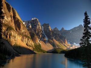 Grandes montañas junto al río