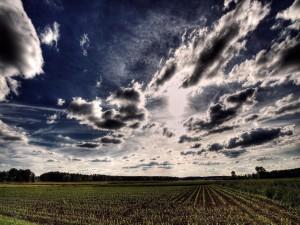 Cielo nuboso sobre un campo de cultivo
