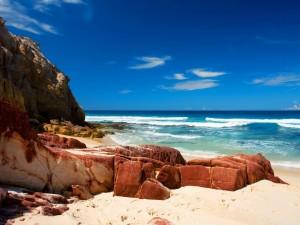Rocas en una playa natural