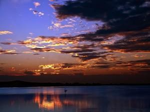 Barco en el agua al amanecer